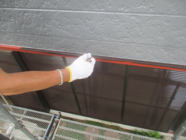 パラペットの水切りの中塗り中です