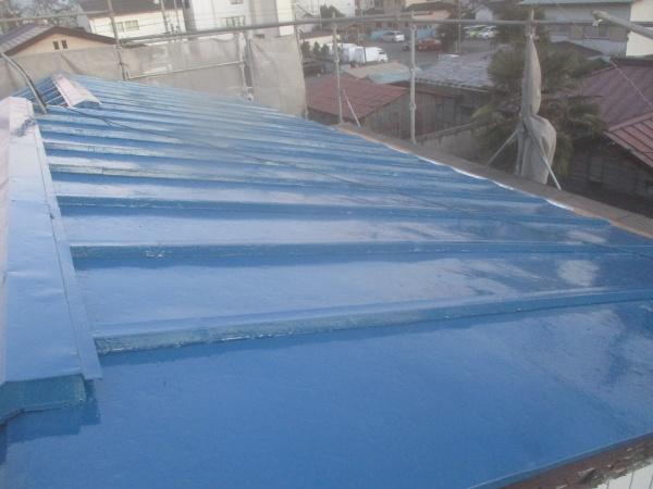 板金屋根の中塗りが終了しました