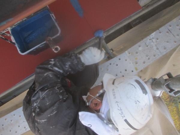 軒先水切りの中塗り中です
