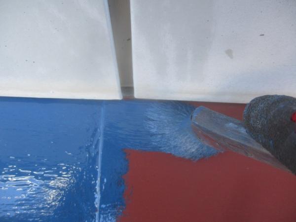 下屋根中塗り刷毛塗装中です