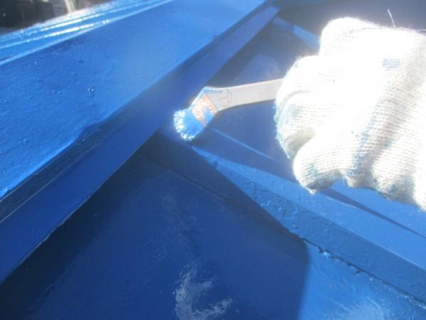 大屋根の上塗り刷毛塗装中です