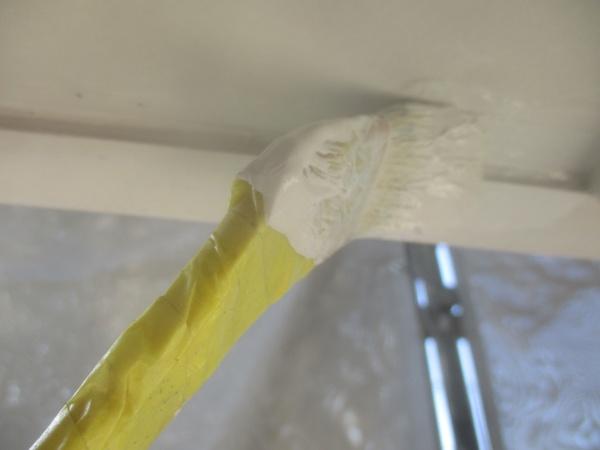 軒天2回目刷毛塗装中です