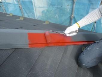 棟板金のサビ止めローラー塗装中です