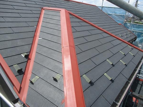 コロニアル屋根の板金部分のさび止め塗装が終了しました