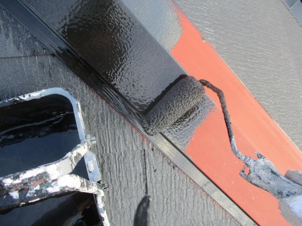 棟板金のローラー中塗り塗装中です