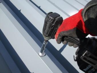折板屋根材を固定しました