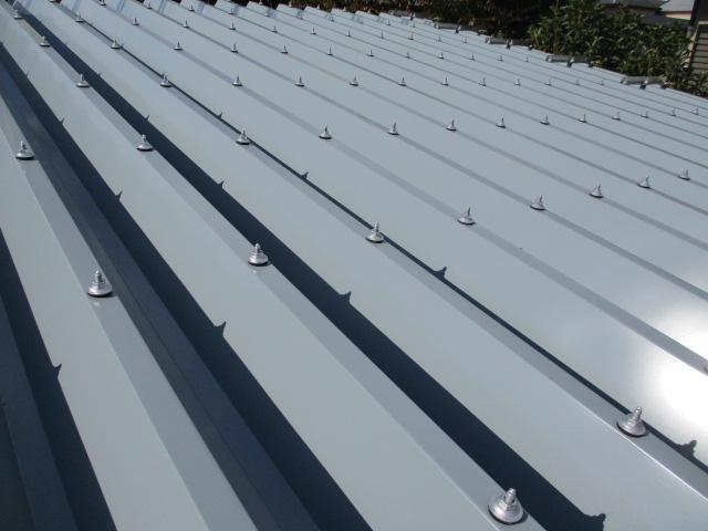 折板屋根の固定が終了しました