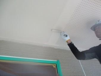 軒天の2回目のローラー塗装中です