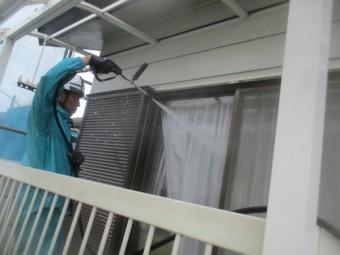汚れた窓を洗い流します