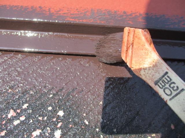 棟板金とコロニアル屋根材の刷毛塗装中です