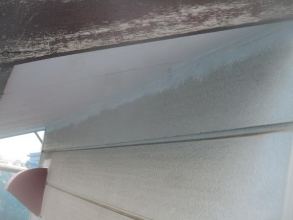 軒天との取り合いの見切り縁さび止め塗装中です