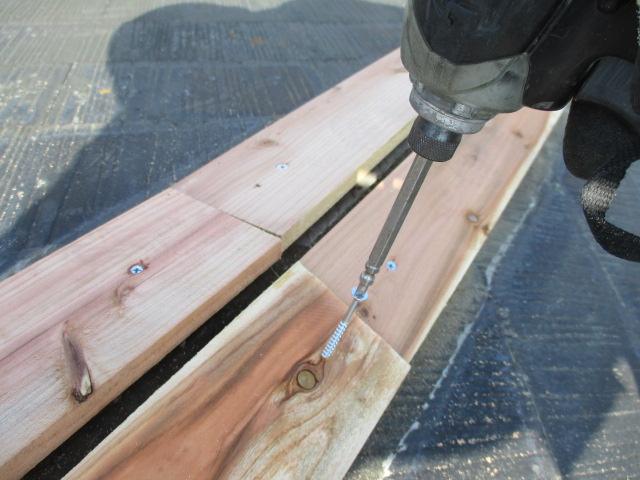 棟板金の貫き板固定中です