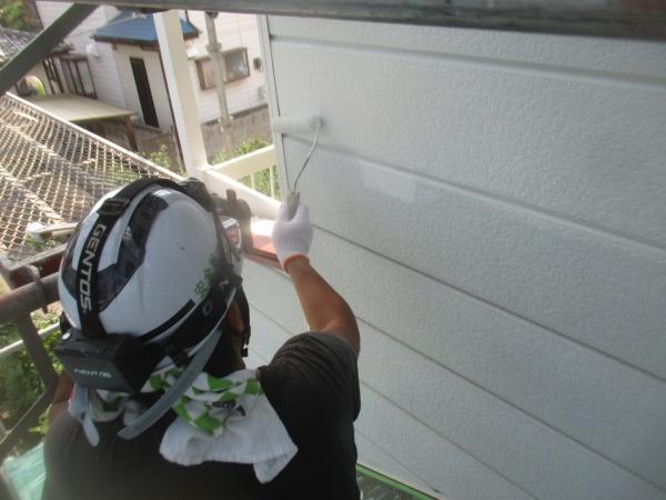 サイディングのさび止め塗装中です