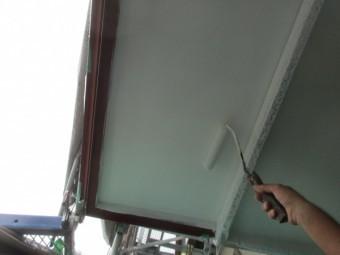 軒天の塗装中です