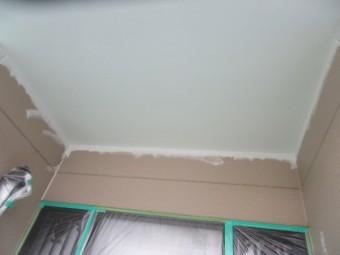 玄関屋根の軒天塗装が終了しました