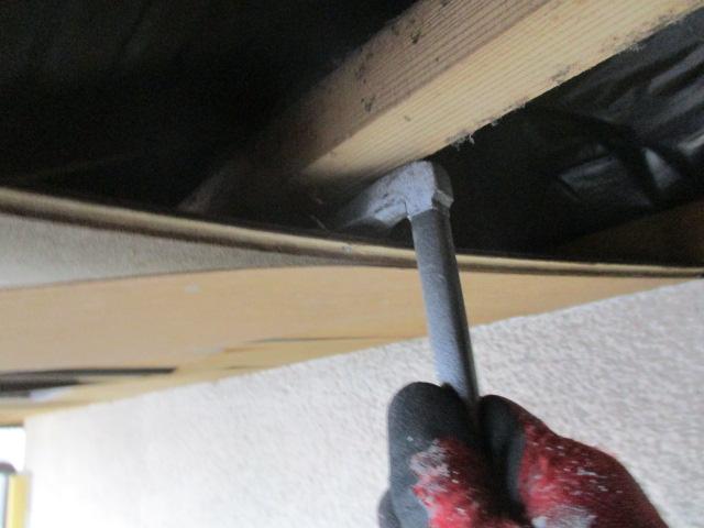 垂木に固定してある釘を外します