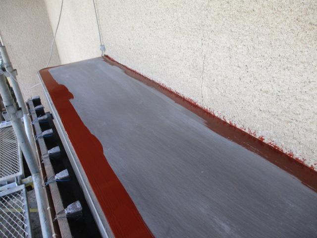出窓の天板の刷毛塗装中です