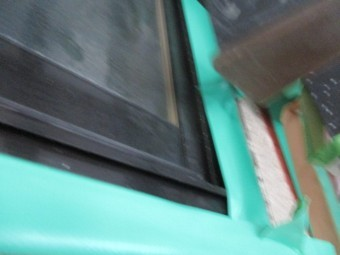 格子の内側の窓を養生しました