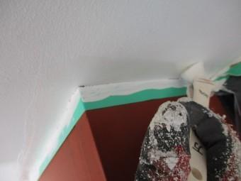 2回目の軒天刷毛塗装中です