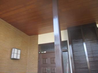 玄関の化粧柱の上塗りが終了しました
