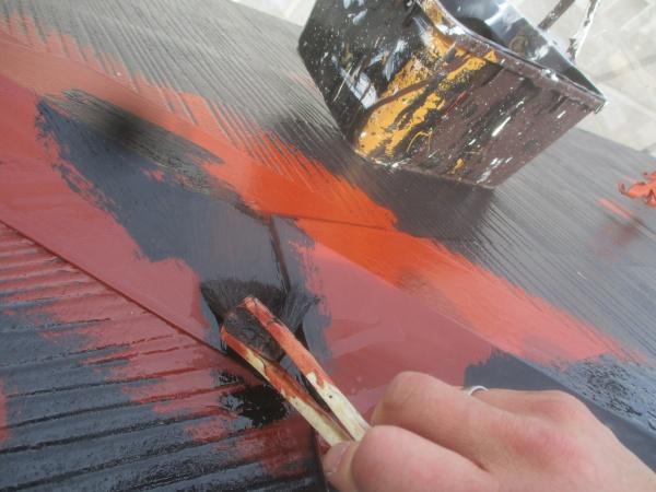 中塗りの刷毛塗装中です