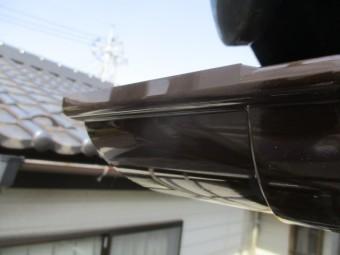外曲がりで軒樋を90度に繋ぎました