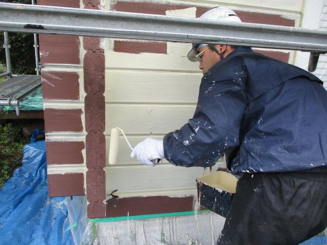 外壁のローラー下塗り中です