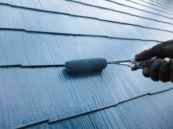 コロニアル屋根の上塗り中です