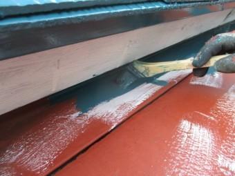 板金屋根の刷毛塗装中です