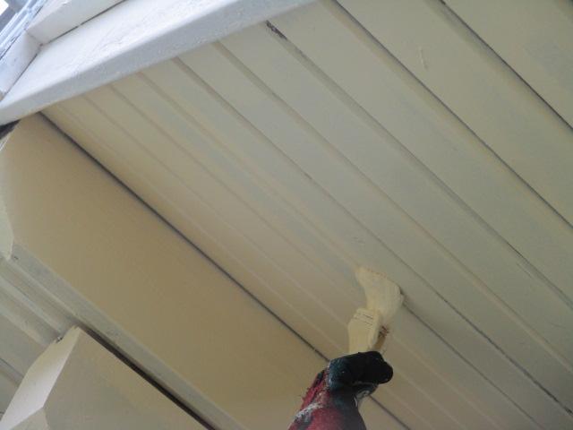 外壁の中塗り刷毛塗装中です
