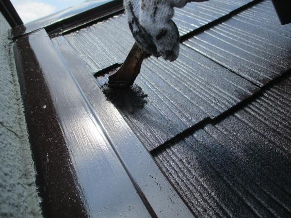 コロニアル屋根塗装の上塗り刷毛塗装中です