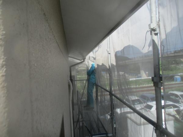 屋根の軒先と鼻隠し破風の洗浄中です