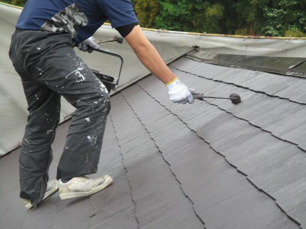 コロニアル屋根塗装の上塗り中です
