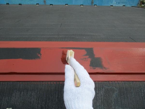 棟板金にさび止目を塗装しました