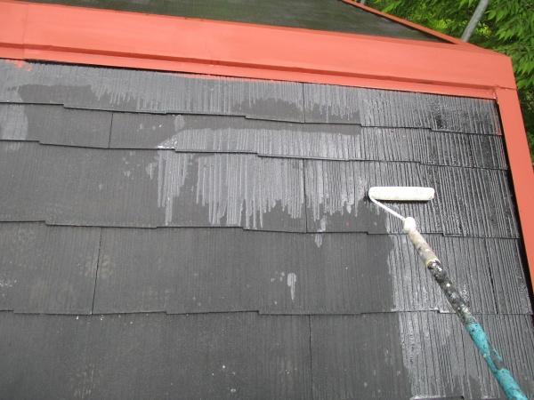 コロニアル屋根に下塗り中です