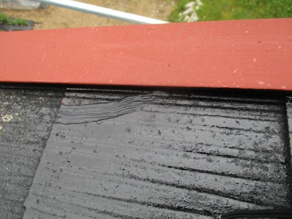 コロニアル屋根の割れたところをコーキングしました