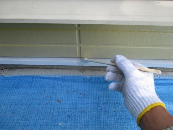 壁水切りの塗装中です