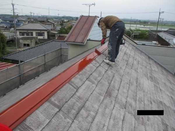 棟板金のさび止め塗装中です
