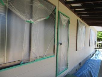 窓やドアを養生しました