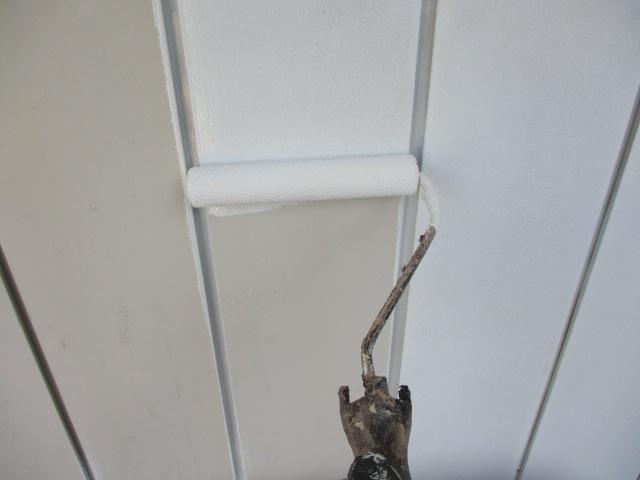 金属製サイディングのローラー塗装中です