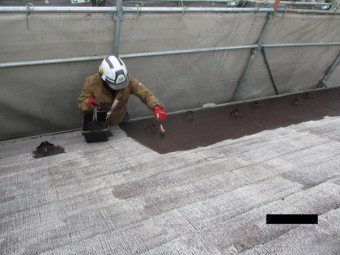 コロニアル屋根材の中塗り中です