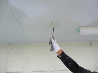 軒天塗装のローラー塗装中です