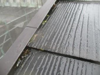 施工前のけらば板金とコロニアル屋根の状態です