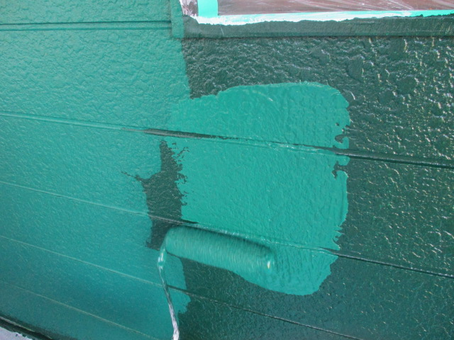 窯業系サイディングの上塗り中です
