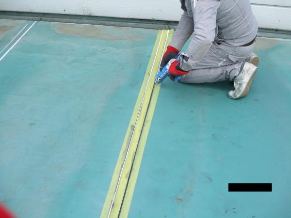 目地にシーリング材を塗布中です