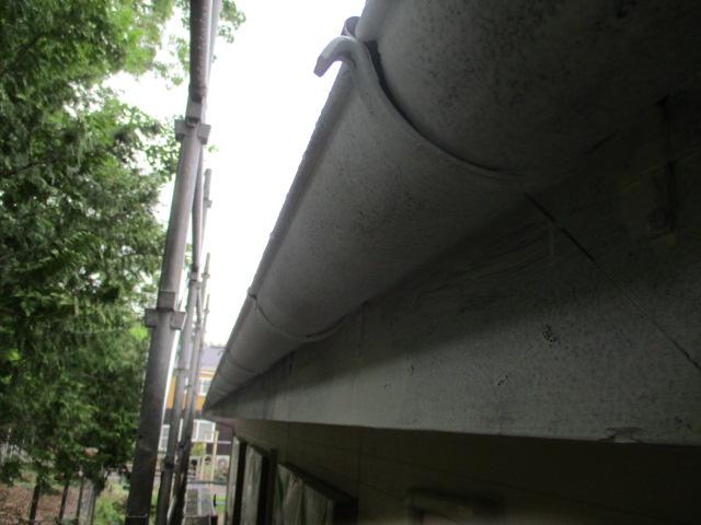 軒樋と破風板の下塗りが終了しました
