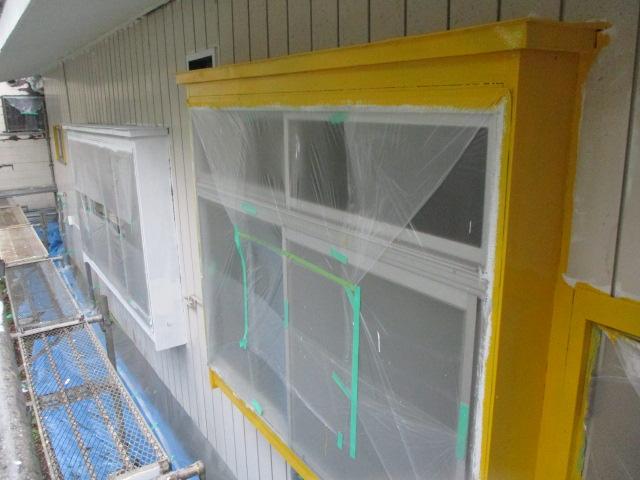 出窓の中塗り中です