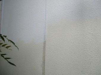 外壁下塗り施工中