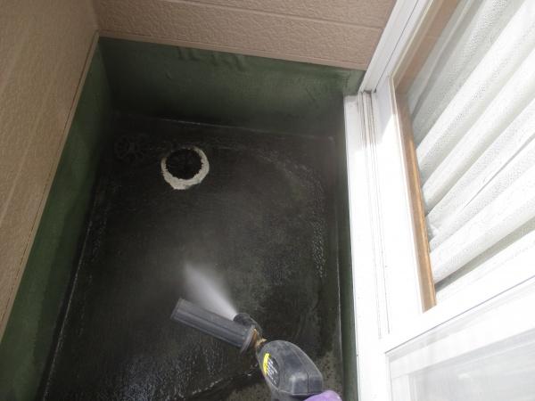 防水塗装のため高圧洗浄