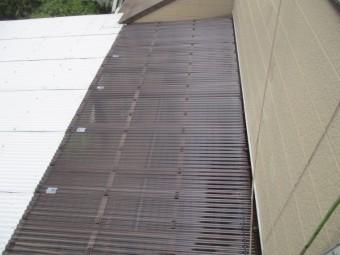 配水管のからむ波板の貼り直し